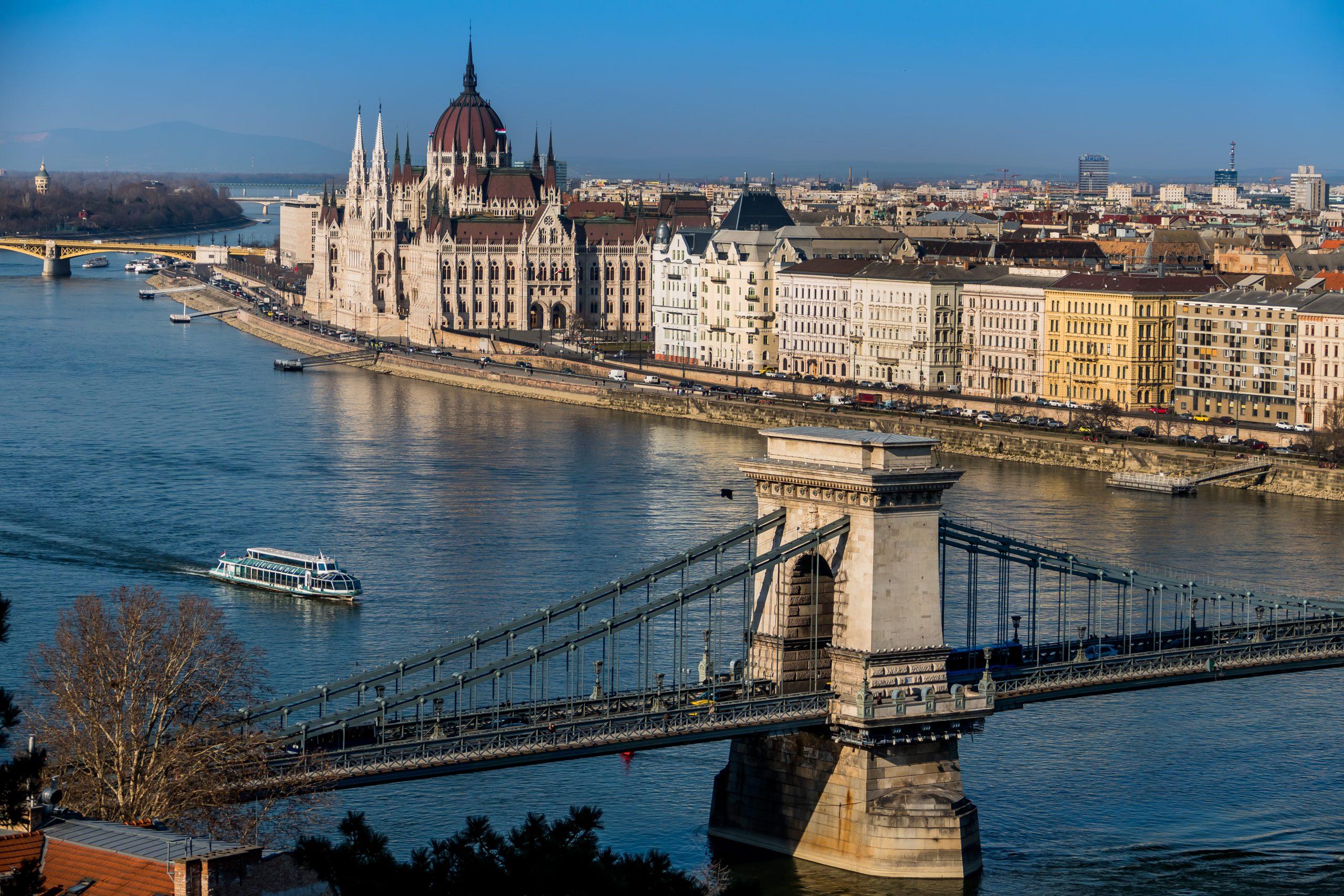 Ungarn, Budapest. Die Kettenbrücke und das Parlament sind Wahrzeichen der ungarischen Hauptstadt.